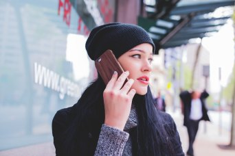 CEll phone ue woman good matthew-kane-71727-unsplash